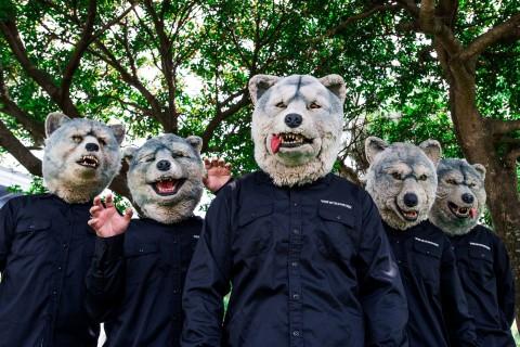 森の中に5人で立っている黒い服を着たMAN WITH A MISSIONの画像